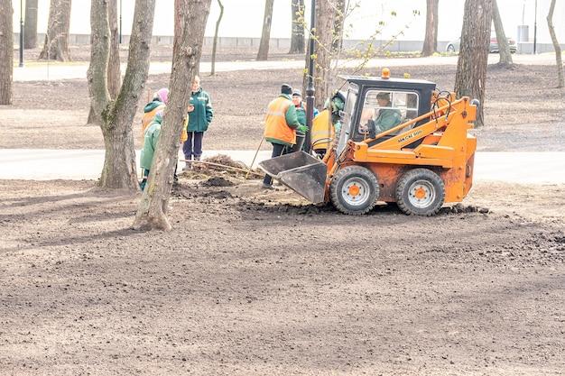 Travailleurs travaillant dans le parc de la ville