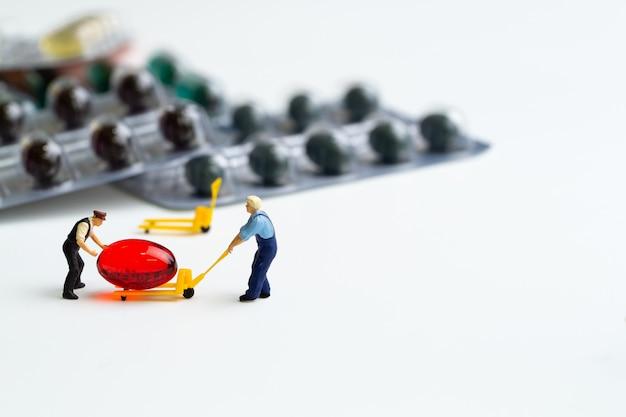Travailleurs travaillant avec des pilules sur fond blanc