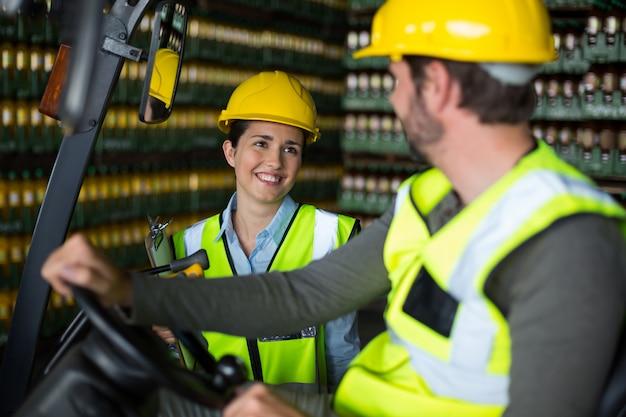 Travailleurs d'usine interagissant les uns avec les autres en usine