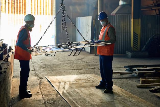Les travailleurs de l'usine de métallurgie