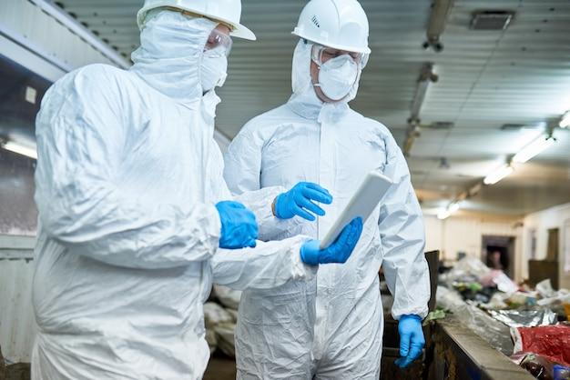 Travailleurs sur une usine de recyclage moderne