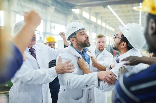 Les travailleurs d'usine se battent