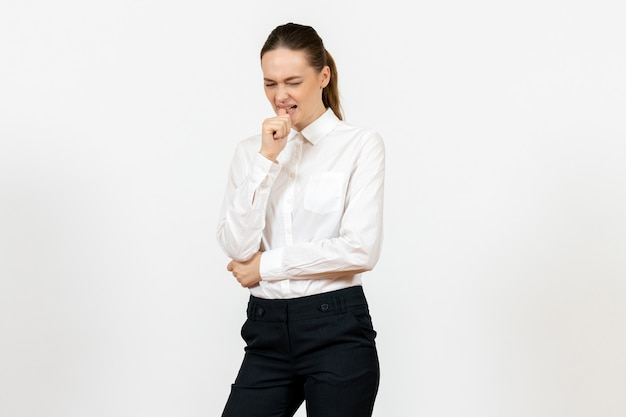 Travailleuse en chemisier blanc élégant avec visage nerveux sur blanc