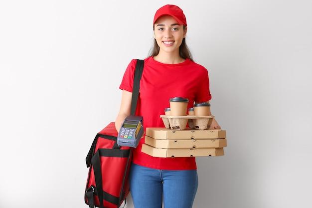 Travailleuse du service de livraison de nourriture avec terminal de paiement isolé