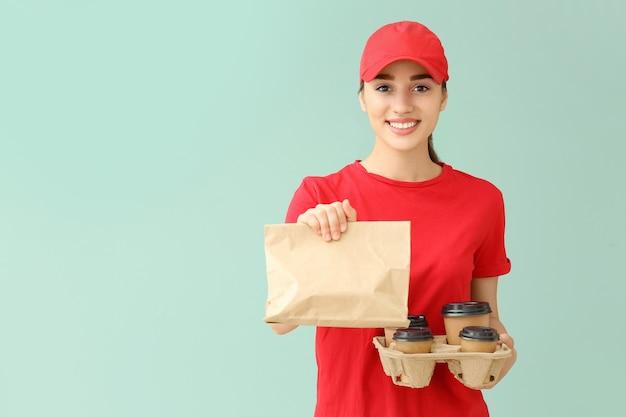 Travailleuse du service de livraison de nourriture