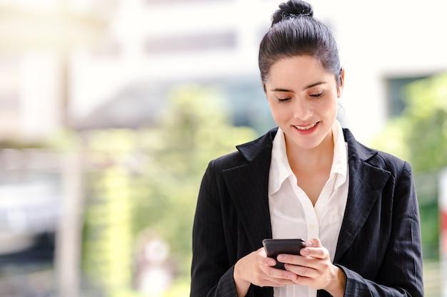 Travailleuse de femme d'affaires parlant sur smartphone