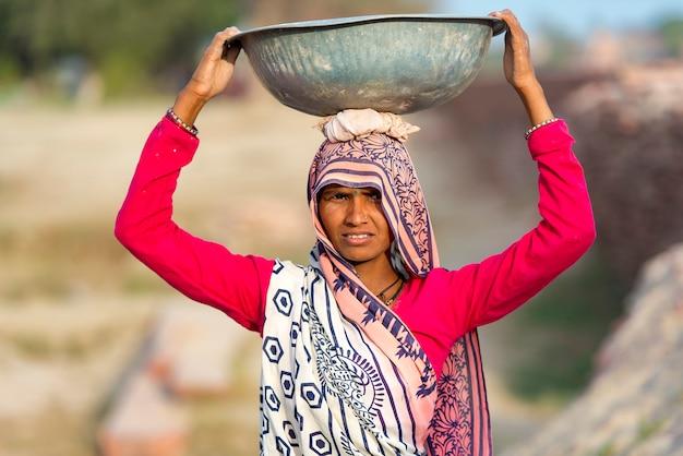 Travailleuse indienne à agra, inde