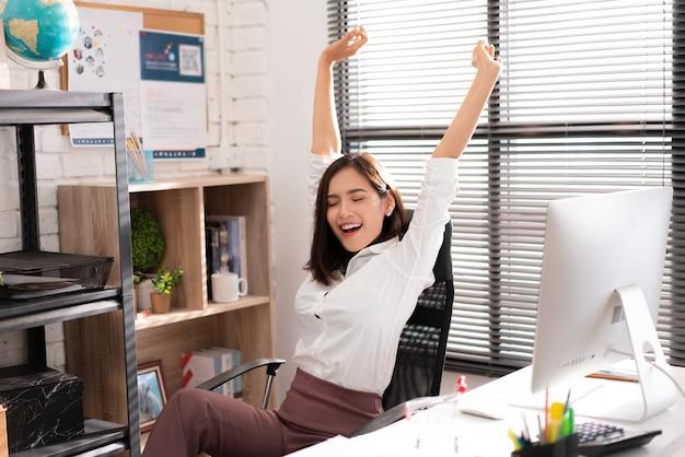 Les travailleuses asiatiques détendues du travail