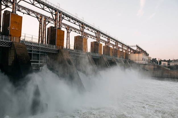 Travaux de barrage sur la rivière. fort débit d'eau.