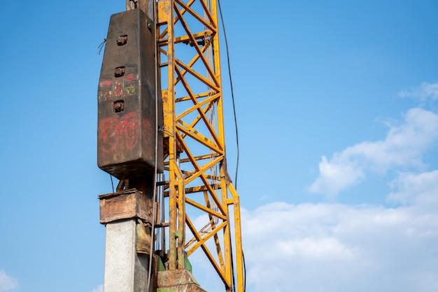 Travaux de battage de pieux sur un chantier de construction