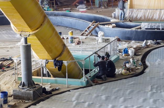 Travaux de construction finition intérieure photo prise lors de la construction du parc aquatique limpopo dans la ville d'orenbourg russie 04212012