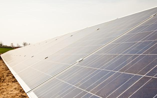 Travaux en cours dans une usine de panneaux solaires,