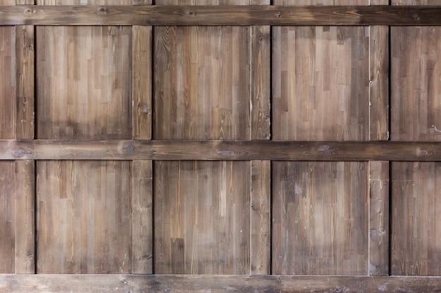Travaux de finition - fragment de panneau mural en bois classique, décoré de moulures.