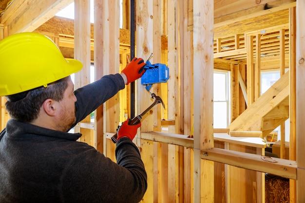 Travaux d'installation de supports de prises électriques dans une nouvelle maison