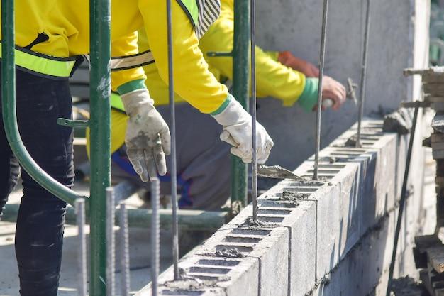 Travaux de maçonnerie sur un chantier de construction domiciliaire