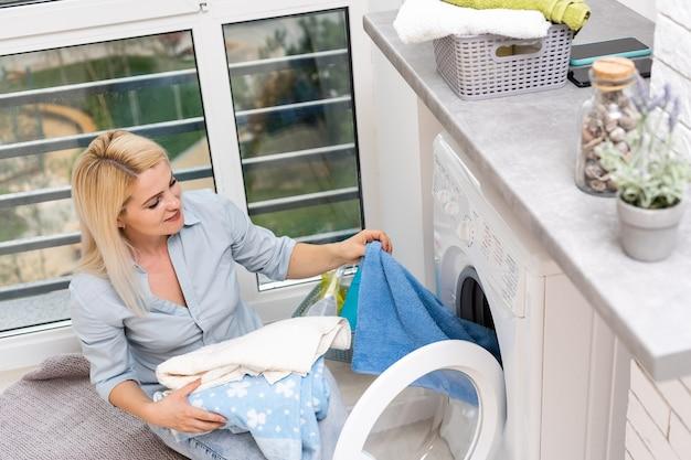 Travaux ménagers, jeune femme faisant la lessive