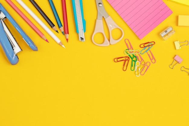 Travaux qui nécessitent des équipements tels que de la peinture et du papier et bien plus encore.