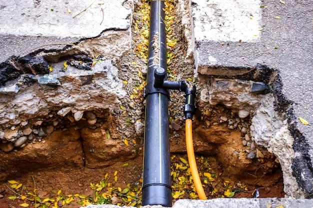 Travaux de réparation de conduites d'eau en ville.