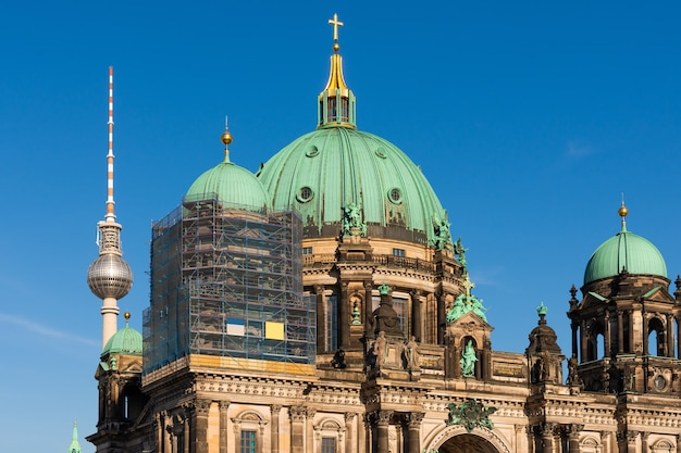 Travaux de restauration de la cathédrale de berlin, vue sur la cathédrale et la tour de télévision, berliner dom à berlin, allemagne