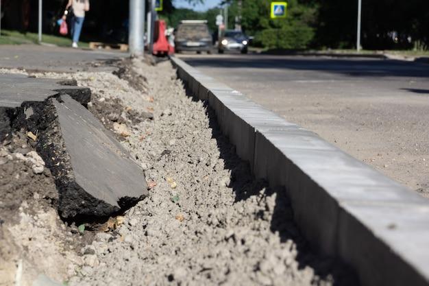 Travaux routiers pour remplacer la bordure de trottoir sur l'autoroute