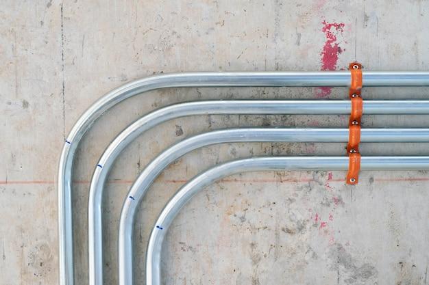 Travaux de tuyauterie électrique dans la construction