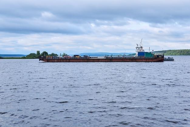 Traversée en ferry sur la rivière kama
