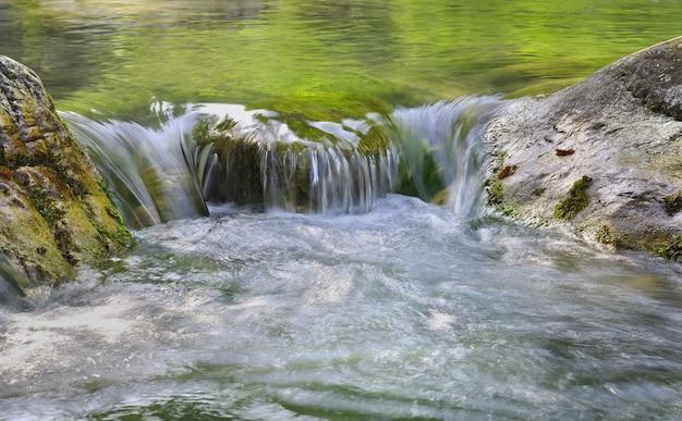 Traverser une rivière entre deux rochers