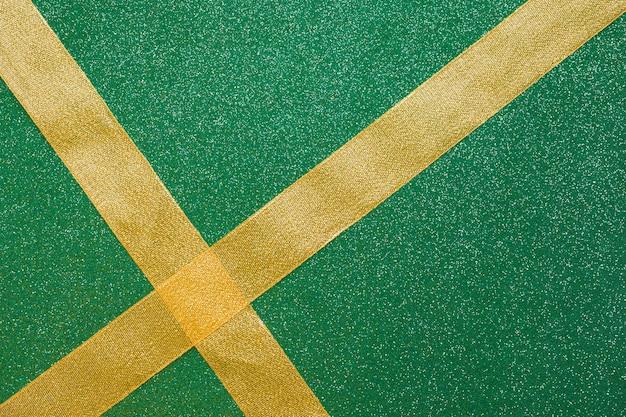 Traverser des rubans sur fond vert