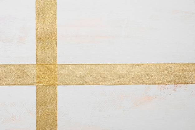 Traverser des rubans sur une table blanche