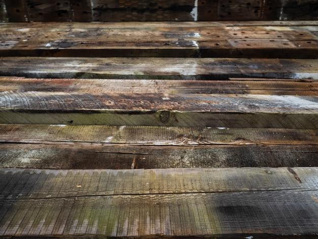 Traverses de chemin de fer en bois. empilés les uns sur les autres