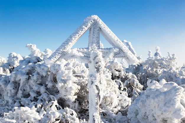 Traversez au sommet de la montagne en hiver