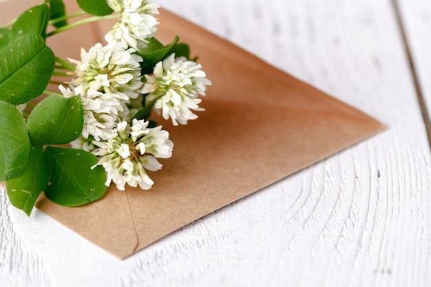 Trèfle blanc se trouve sur l'enveloppe, un concert de lettres d'été