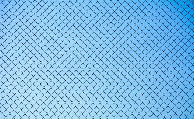 Treillis métallique en acier sur fond de ciel bleu