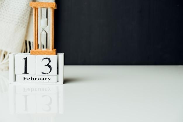 Treizième jour du calendrier du mois d'hiver février avec espace de copie.