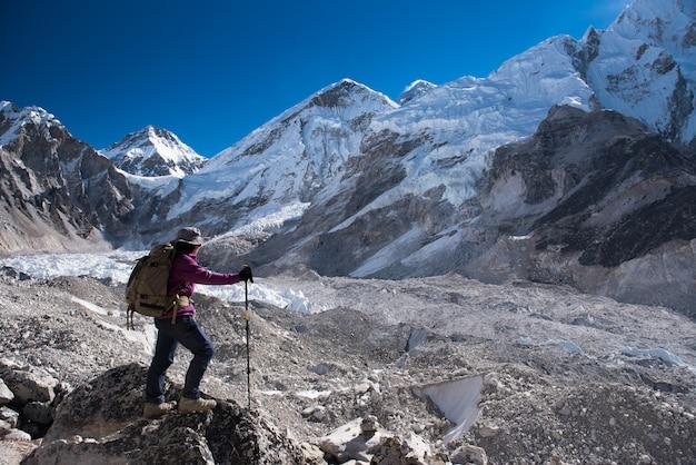 Trekker trek sur le camp de base everest 3 passe sur lobuche à gokyo, népal en hiver
