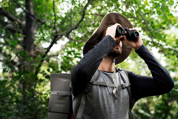 Trekking dans une forêt