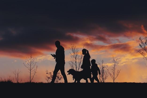 Trekking en famille sur la montagne avec coucher de soleil, bilbao, espagne