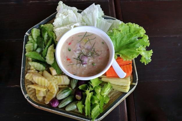 Trempette de crabe au lait de coco et légumes frais mélangés.