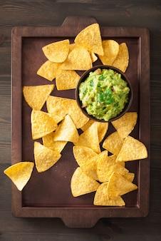Trempette mexicaine au guacamole et croustilles tortilla aux nachos