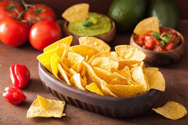 Trempette mexicaine au guacamole et à la salsa, croustilles tortilla aux nachos