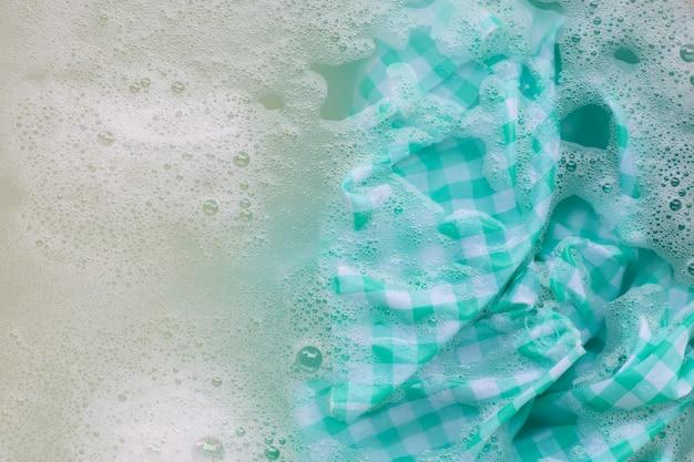 Trempez la nappe blanche verte avant de la laver.