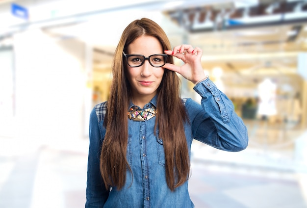 Trendy jeune femme avec des lunettes