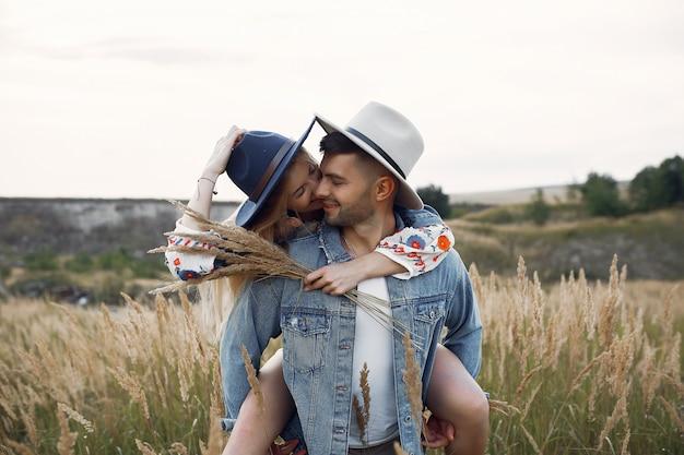 Très beau couple dans un champ de blé