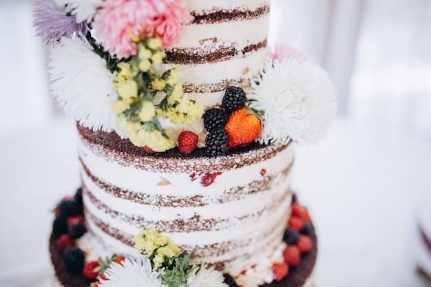 Très beau gâteau de mariage rustique orné de fleurs