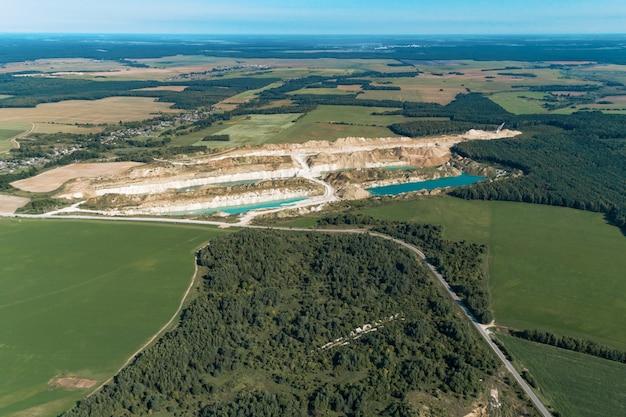 Très belle carrière de montagne abandonnée. les chantiers miniers sont remplis d'eau d'une couleur bleu profond. vue aérienne