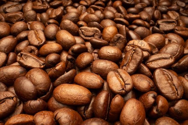 Très grand mur de grains de café brun torréfié.