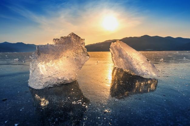 Très gros et beau morceau de glace au lever du soleil en hiver