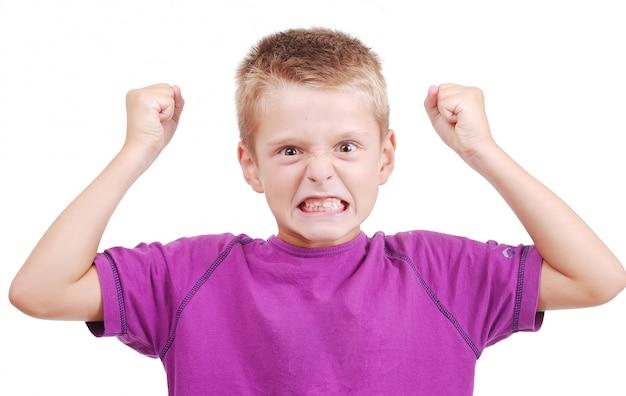 Très mignon petit garçon avec une expression en colère sur le visage