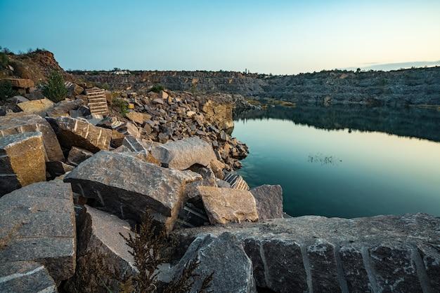 Un très petit lac magnifique entouré de grands tas de pierres
