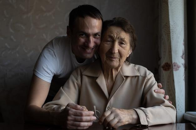 Une très vieille femme et un petit-fils adulte